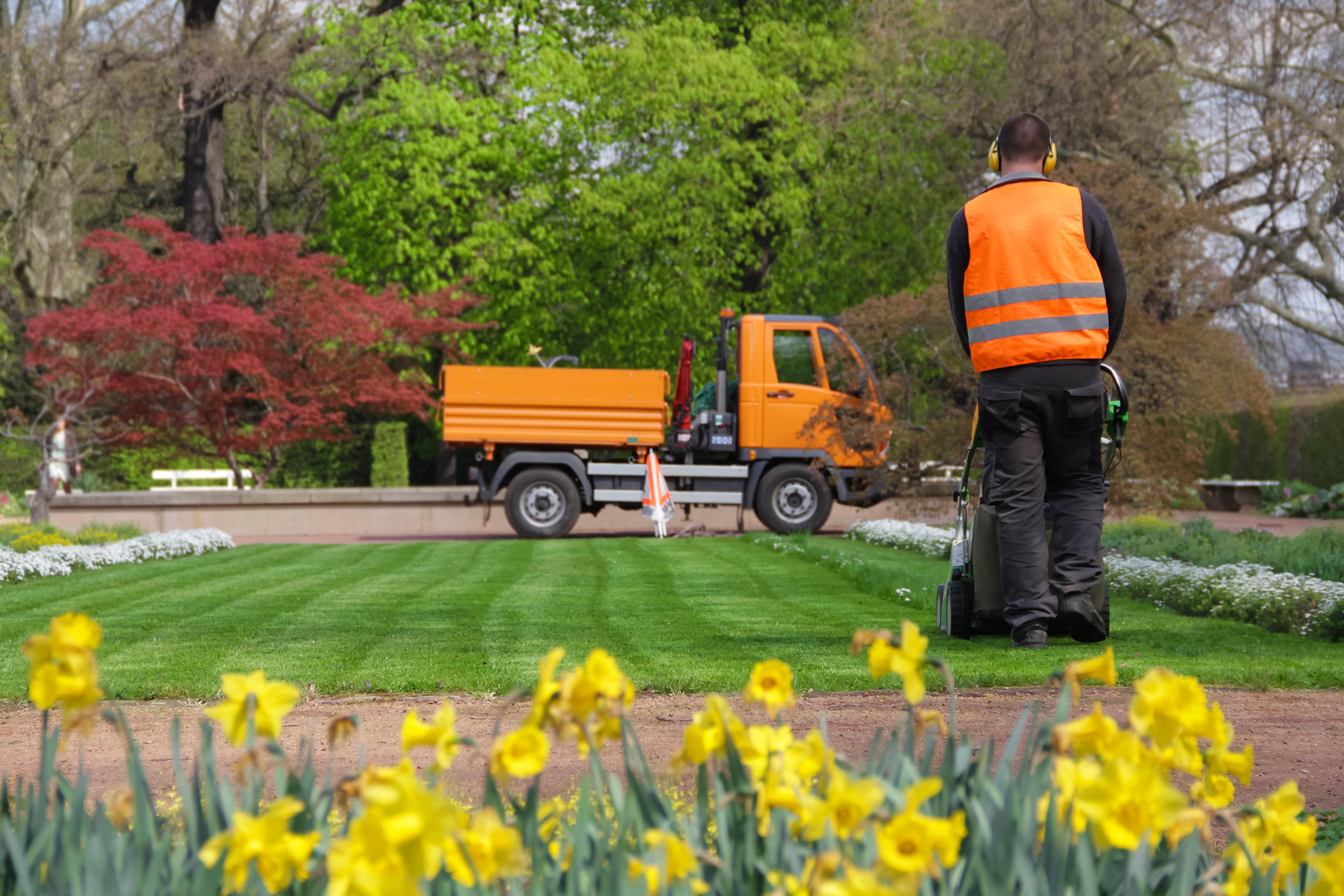 Landschaftsgrtner im park bei der arbeit for Lawn care professionals